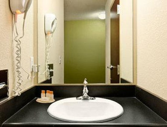 Days Inn Darien: Bathroom