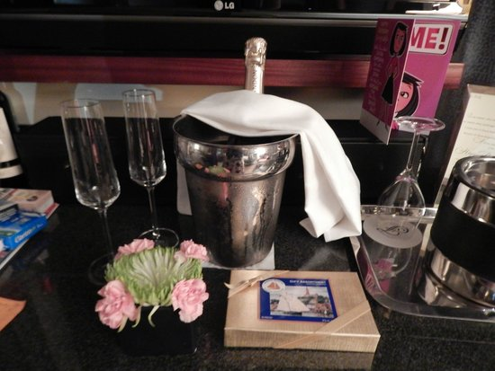 Battery Wharf Hotel, Boston Waterfront: birthday champagne