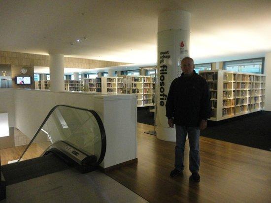 Bibliothèque centrale (Openbare Bibliotheek) : На одном из этажей.