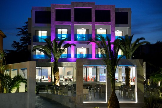 Corfu Palma Boutique Hotel: RBG lights change the look of the hotel at night