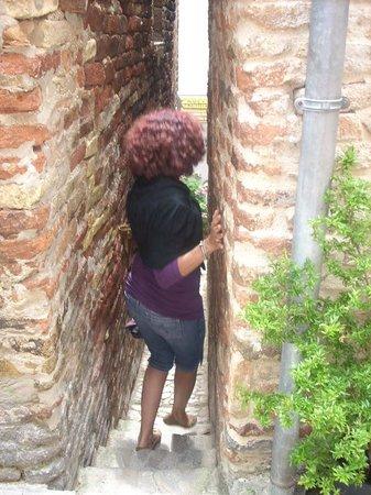 The Narrowest Alley in Italy: Passaggio del Vicolo con gradini