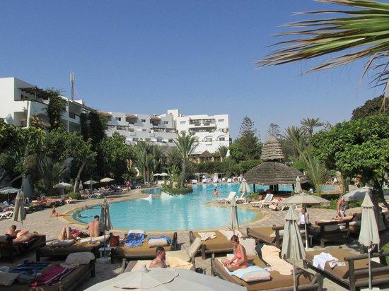 Hotel Riu Tikida Beach : Vue de l'hôtel de la piscine