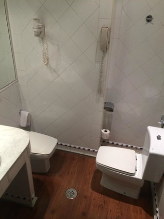 Saray Hotel: Small Bathrooms