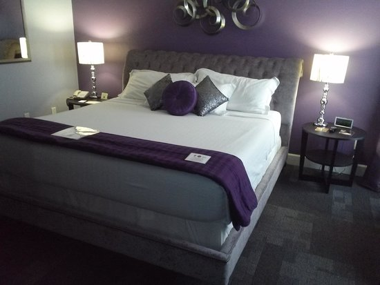 McGills Hotel and Casino: king bed in royal suite