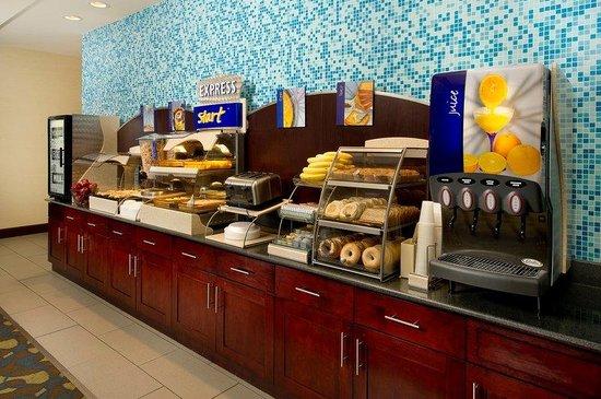 Holiday Inn Express Hotel & Suites Tullahoma East : Breakfast Bar