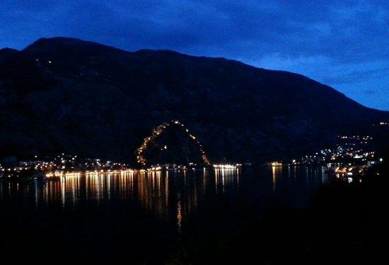 Hotel Galia: Il fiordo notturno visto dalla camera