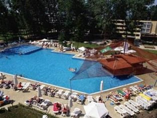 Pomorie Hotel: The pool and pool bar.