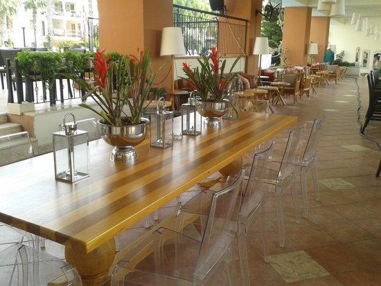 Kentia Apartments: Bar area
