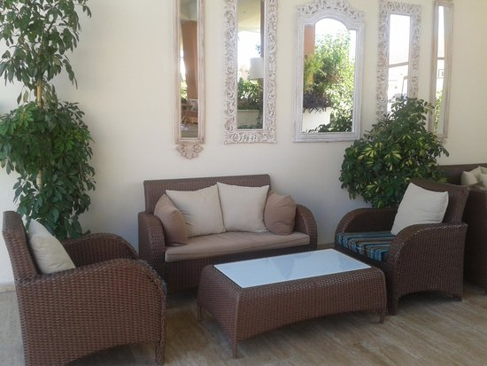 Kentia Apartments: one of many seating areas