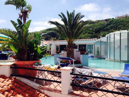 Hotel Castiglione : Vista della piscina dell'hotel dalla stanza 103.