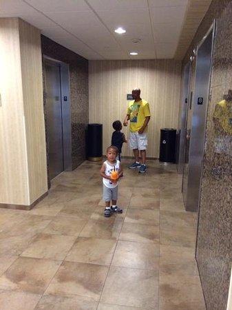 Drury Inn & Suites San Antonio Near La Cantera Parkway : waiting for the elevator on the8th floor