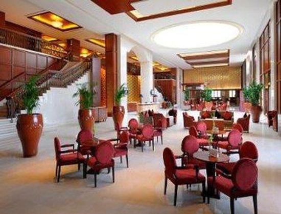 Ramada Jumeirah: Lobby - Atrium Cafe