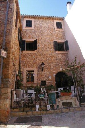 Son Borguny: Entrada y parte de la preciosa fachada. Terraza