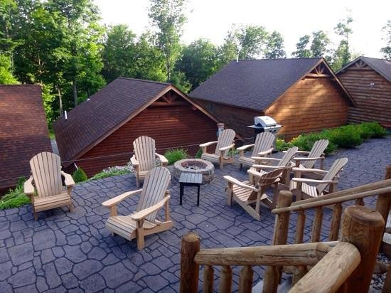 The Lodges at Sunset Village: Shared seating area with gas firepit and grill