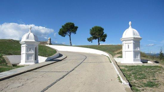 Castillo de San Fernando: Acceso al recinto