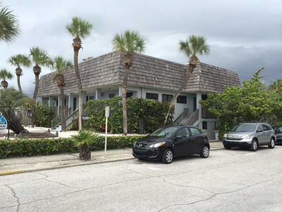 Sabal Palms Inn: A short walk to the beach