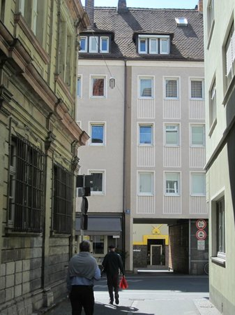 Hotel Alter Kranen: Street view showing passage toward Kärrnergasse and hotel.