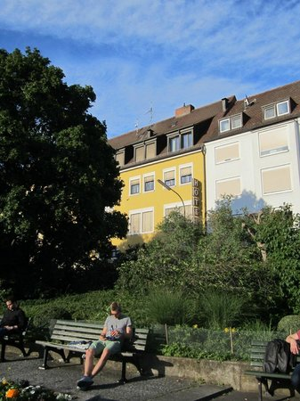 Hotel Alter Kranen: The hotel is the yellow building.