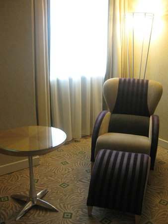 Hilton Budapest City: Chair and stool