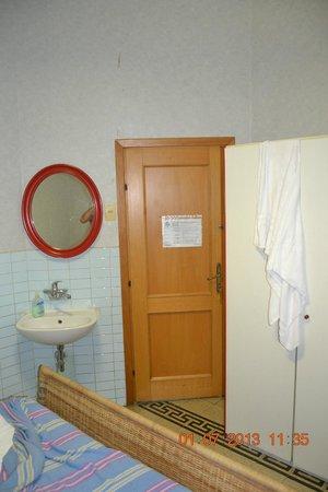 Locanda Otello: Entrada do quarto com pia (lavabo) interna