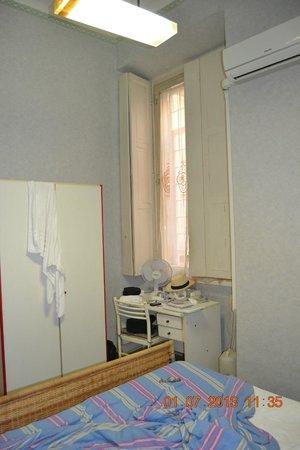 Locanda Otello: Janela (ventana) não tem vista externa