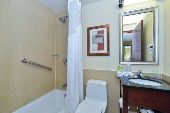 Holiday Inn Express New York - Manhattan West Side: Guest Bathroom with tub (shower in some room type)