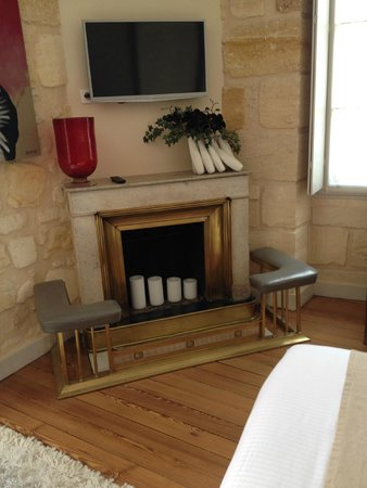 Une Chambre Chez Dupont : Fireplace in our room at Chez Dupont