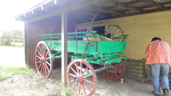 Howick Historical Village: ペンキを塗っている方