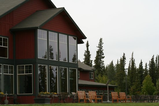 Copper River Princess Wilderness Lodge: Back of hotel with nice patio area.