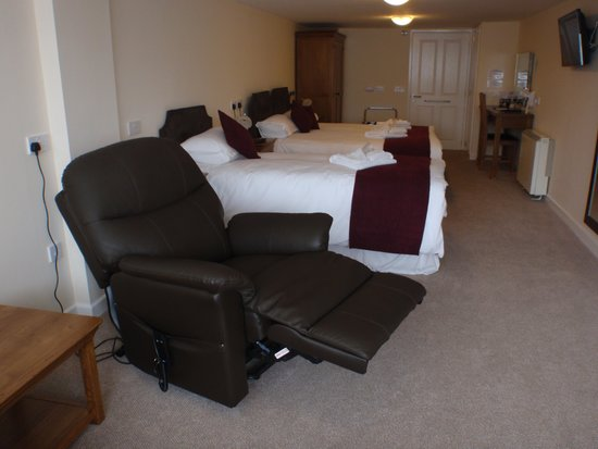 King Arthur's Arms Inn: Accessible annex reclining chairs