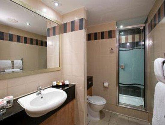 Ramada Hatfield: Bathroom