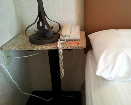 Inn At Santa Fe: Pedistal table bolted too close to bed