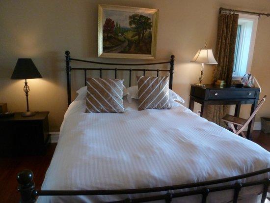 Pine Grove Bed & Breakfast: Comfy Bed!