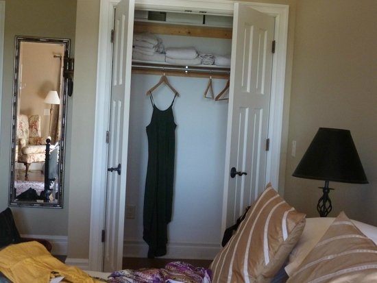 Pine Grove Bed & Breakfast: Closet!