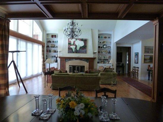 Pine Grove Bed & Breakfast: Living Room