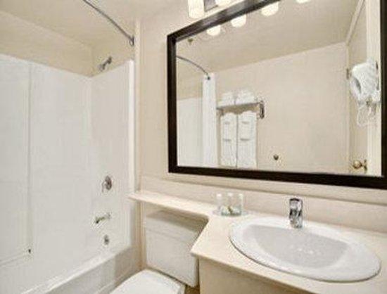 Travelodge Suites Saint John : Bathroom