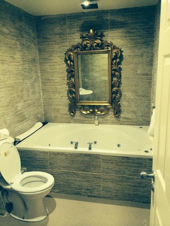30 James Street, Home of the Titanic: Nice bathroom with jacuzzi bath