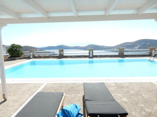 Liostasi Hotel & Suites : la piscine partagée avec les autres suites