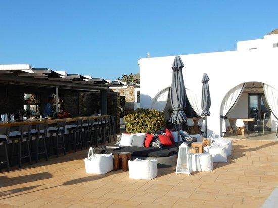 Liostasi Hotel & Suites : l'espace piscine principale, bar