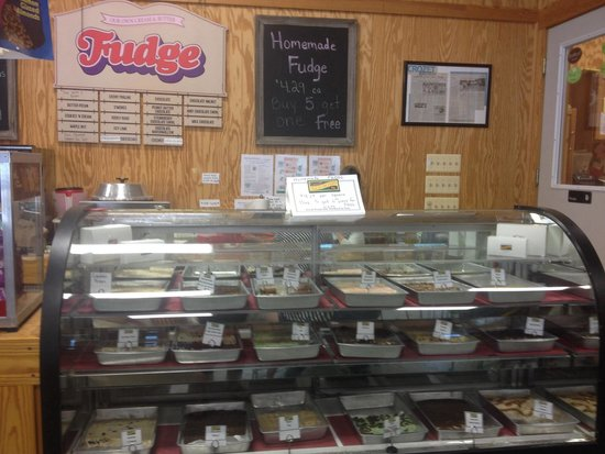 Chiles Peach Orchard: Fudge & sweets counter