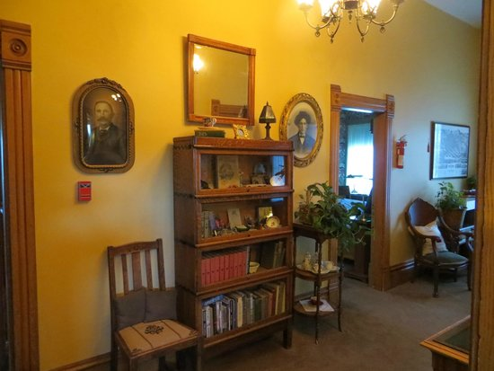 Sanders - Helena's Bed and Breakfast: welcoming hallways