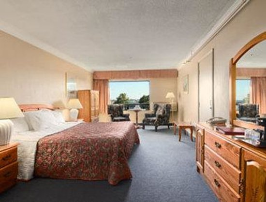 Canadas Best Value Inn : Standard One King Bedroom