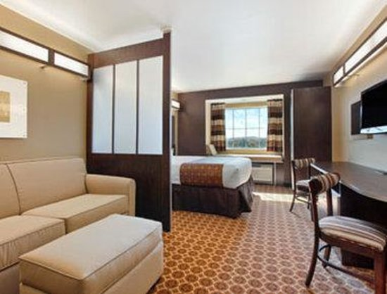 Microtel Inn & Suites by Wyndham Buckhannon: Queen Suite