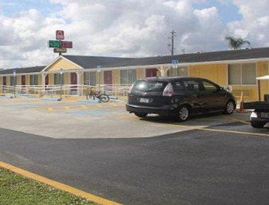 Knights Inn Punta Gorda: Parking Lot