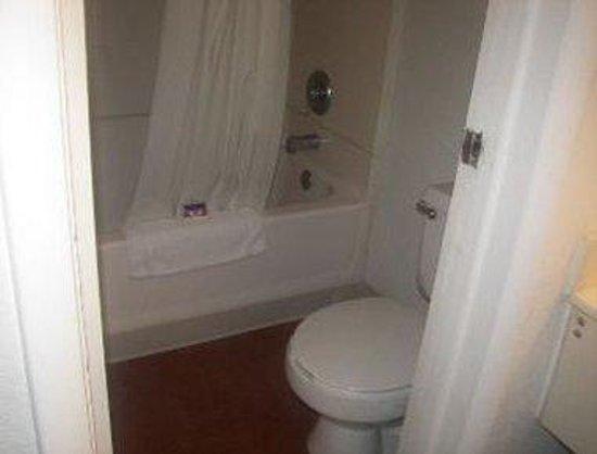 Knights Inn Punta Gorda: Bathroom