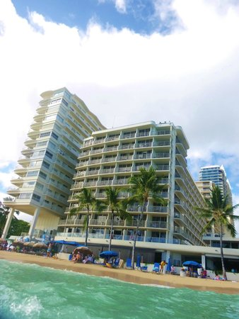 Outrigger Reef Waikiki Beach Resort: Hotel from the water.