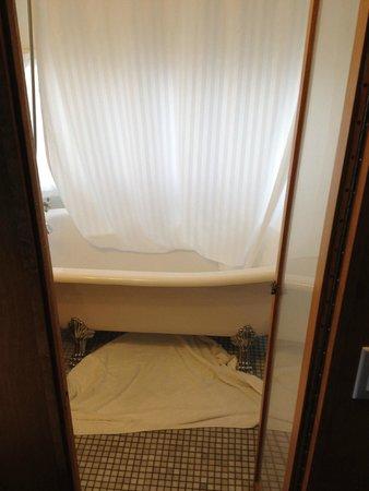 AutoCamp Santa Barbara: A claw foot tub????