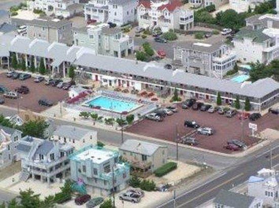 Sea Spray Motel: Birds Eye Poolview