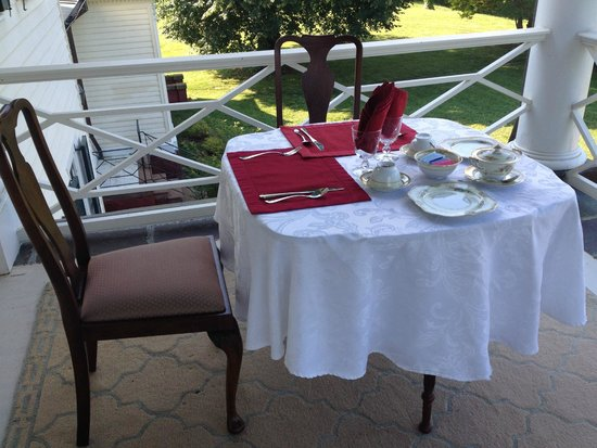 Belle Grove Plantation Bed and Breakfast: Breakfast on the patio