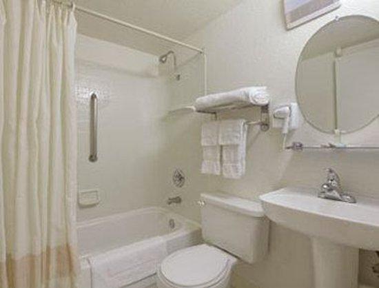Travelodge Napa Valley: Bathroom